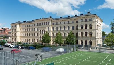 Fotodokumentation av byggnader på Marinbasen. Skeppsgossekasernen i Karlskrona uppfördes 1878 - 1881 och ritades av arkitektbröderna Axel och Hjalmar Kumlien. Byggnaden planerades för 400 skeppsgossar. 1939 upphörde byggnaden att tjänstgöra som kasern. Byggnaden blev Marinmuseum mellan 1953 - 1997.
