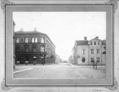 1883-04-28 köper Joseph Bauer huset vid Nygatan 16 i Jönköping där han öppnar en charketuributik. Den var en filial till hans charkuterirörelse vid Nya Torget och sköttes av Sofie Wadell, halvsyster till hans hustru Emma.
