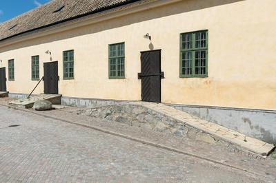 Fotodokumentation på Marinbasen i Karlskrona. Förrådshuset på Kansligatan byggdes i början av 1780-talet. Till portarna leder stensatta ramper. I östra delen av byggnaden finns en lanternin.