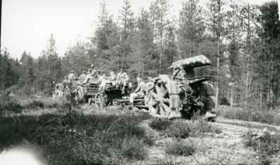 Haubits m/1917. 21 cm. Traktordragen lavett o amm/hjulbältesvagn.