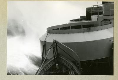 Bilden föreställer en del av minfartyget Älvsnabben på stormigt hav till följd av orkanen Diana. Bilden är tagen under fartygets långresa 1966-1967.