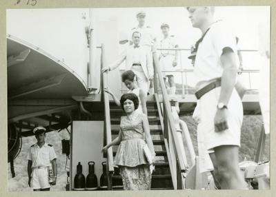 Bilden föreställer besättningsmän klädda i vita sommaruniformer ombord på minfartyget Älvsnabben. På bilden syns även några civila personer gå ned för en trapp på fartyget. Bilden är tagen under långresan 1966-1967.