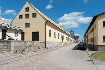 Fotodokumentation av Marinbasens byggnader. Vänster sida: Byggningsförrådshuset på Kansligatan uppfört 1783.