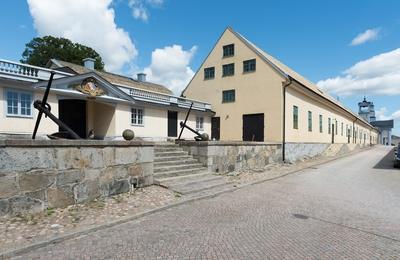 Fotodokumentation av Marinbasens byggnader. Från vänster: Varvsort nr 14, därefter, byggningsförrådshuset på Kansligatan uppfört 1783.