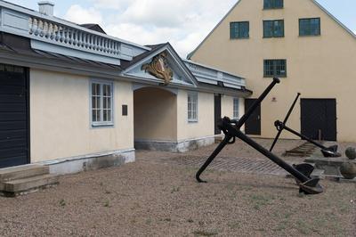 Fotodokumentation av Marinbasens byggnader. Kansligatan. Från vänster: Varvsport nr 14 därefter Byggningsförrådshuset. Byggningsförrådshuset är uppfört 1783.