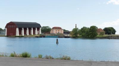 Fotodokumentation av Marinbasens byggnader. Lindholmen. Från vänster: Stora skeppsskjulet uppfördes på 1760-talet och benämdes senare (1778) som Vasa skjul. Byggnaden fungerade som klimatskydd över stapelbädden. Ritningar av byggnaden från 1759 är signerade av arkitekt C J Cronstedt. Mitten: Repslagarebanans banhuvud.