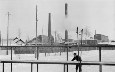 Fabrik i Kemi vid F 19, Svenska frivilligkåren i Finland. Ett staket / läktare i förgrunden.