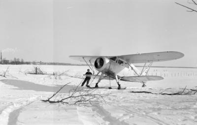 Flygplan Waco ZQC-6 taxar ut för start från F 19, Svenska frivilligkåren i Finland.