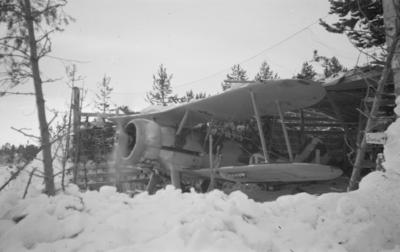 Varmkörning av motor på flygplan Gloster Gladiator i flygplansvärn vid F 19, Svenska frivilligkåren i Finland.