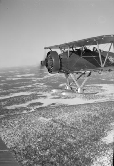 Flygplan Hawker Hart blå M tillhörande F 19, Svenska frivilligkåren i Finland i luften. Två besättningsmän.