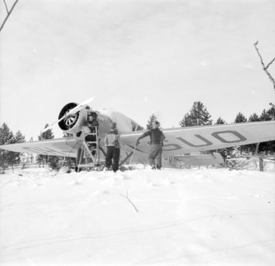 Underhåll av flygplan Junkers F-13 märkt OH-SUO vid F 19, Svenska frivilligkåren i Finland. Tre personer i arbete.