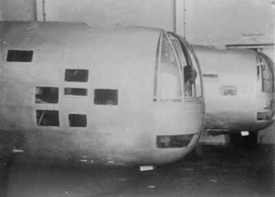 Nosparti av två sovjetiska flygplan Iljushin DB-3 placerade inomhus under finska vinterkriget, 1940. Bild från F 19, Svenska frivilligkåren i Finland.