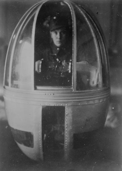 En finsk militär sitter i nostornet till ett sovjetiskt flygplan av typ Iljushin DB-3 under finska vinterkriget 1940. Bild från F 19, Svenska frivilligkåren i Finland.