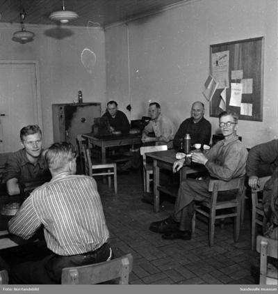 Lunchrum vid Skönviks sågverk. Unikaboxarna är framplockade och efter måltiden passar en del på att spela ett parti schack.