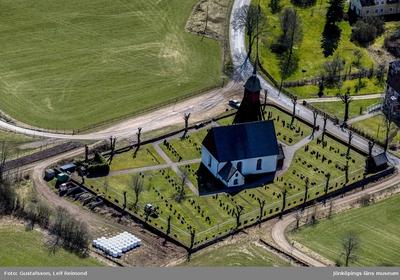 Flygfoto över Mellby kyrka i Eksjö kommun.