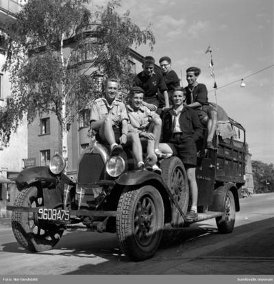 Ett gäng unga scouter från Frankrike väckte stort uppseende då de dök upp i staden i en gammal skranglig bil av årsmodell 1929. Pojkarna, 16-23 år gamla, hade rest från Paris och på lastbilens sidor hade de noga dokumenterat de länder de besökt. Lastbilen pryddes även av reklam för en fransk bok, vilket delvis finansierade resan. I Sundsvall intresserade sig gästerna främst för pappersbruken, något som det enligt en av grabbarna