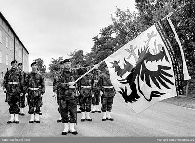 Södermanlands regementes och försvarsområdes fana. Fanförare kn Per Klingvall. Ny fana överlämnad av HM Konungen den 12 aug 1994.
