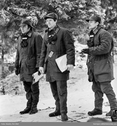 Repetitör Löjtnant Grönkvist (P 4) och eleverna Fänrikarna Liljehag och Landin från P 10.  Förevisningsskjutning på Skillingaryds skjutfält.