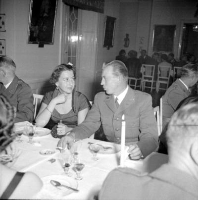Årets höjdpunkt på mässen var den traditionstyngda Höstmiddagen med fruar.  Personer: Eivor Nordenskjöld och Ivan Nissler. Placering, se bild 2.