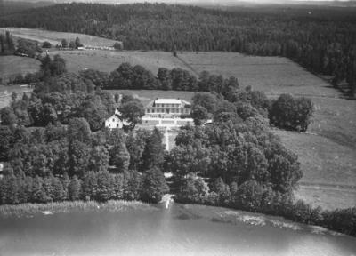 Flygfoto över Odensjö gård vid Barnapasjön i Odensjö, Jönköpings kommun. Nr H1917.