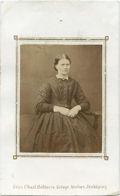 En kvinna fotograferad i Charlotta Holmérs Fotografiska Atelié i Jönköping.