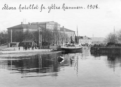 Yttre hamnen, hamnkanalen och hamnpiren i Jönköping. Stora Hotellet syns i bakgrunden.
