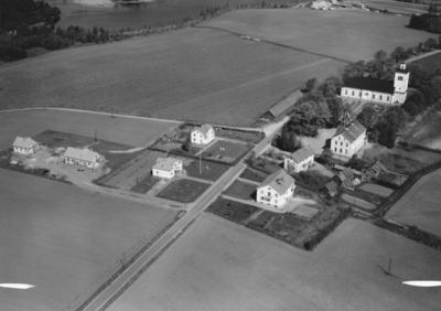 Flygfoto över Adelövs kyrkby i Jönköpings kommun. Nr R 633.