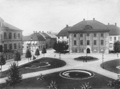 Hovrättstorget i Jönköping. Planteringarna på torget anlades vid 1900-talets början. Dagens stensättning och brunnskar tillkom 1958.