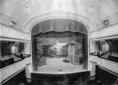 Den nya teatern i Jönköping, som stod klar 1904, betraktades av många på grund av sin höjd som ett skandalbygge. Arkitekt var August Atterström. Huset rymde också utskänkningslokaler för spritbolaget, restauranger, butik, biljardsal och bostadsvåningar.