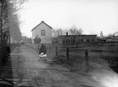 Sandhem vid Västra Holmgatan 47 i Jönköping. Holmgatorna fick sina namn av Västra och Östra Holmen, två fastmarksområden på Kålgårdsområdets sanka mader söder om staden.