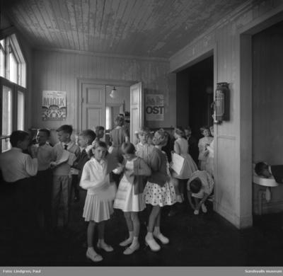 Södermalmsskolan. Skolavslutning. Bild 1: Andra barnet från vänster: Jan, Ulf och Bertil, Sabine (från Tyskland), Kristina och Karin (hårsvansar med rosetter). Andra flickan från höger (rutig klänning) heter Pia. Detta enligt uppgift från Karin som finns med i bilden.