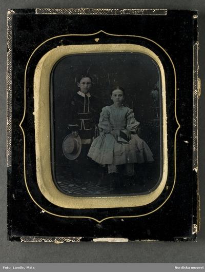 b1c88312840b Barnporträtt, troligen två syskon, en pojke och en flicka i 6-7-