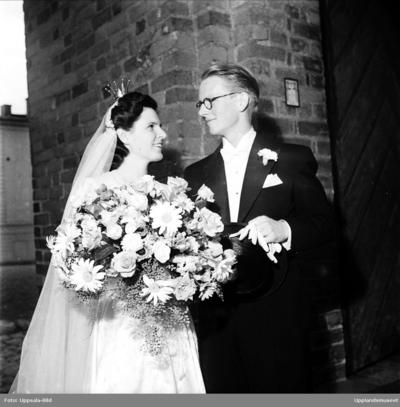 a58637fbba98 Bröllop - brudparet Gedda - Hassel utanför Helga Trefaldighets kyrka,  Uppsala