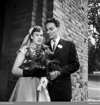e92bfd92c807 Bröllop - brudparet Eidevall - Stenborg utanför Helga Trefaldighets kyrka,  Uppsala 1952