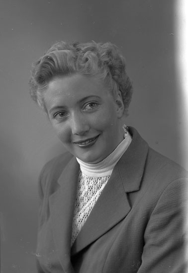 Enligt fotografens journal nr 8 1951-1957: Sandström, Fr. Britt-Marie Strand Hotell Här.