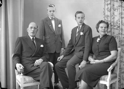 Enligt fotografens journal nr 8 1951-1957: Hedin, Familjen Stenungsund.