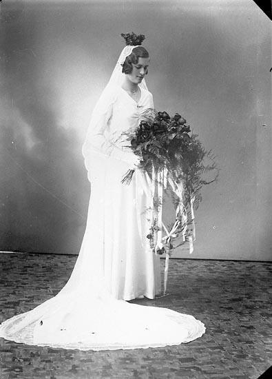 Enligt fotografens journal nr 6 1930-1943: Källö, Brudparet (Josefsson) Västergård.