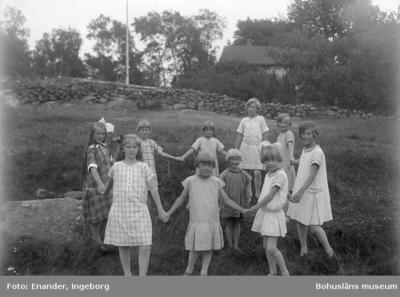 Enligt fotografens journal nr 5 1923-1929; Barnkolonien i Uppegård flickorna. Enligt fotografens notering: Barnkolonien Uppegård, magister Tillman.