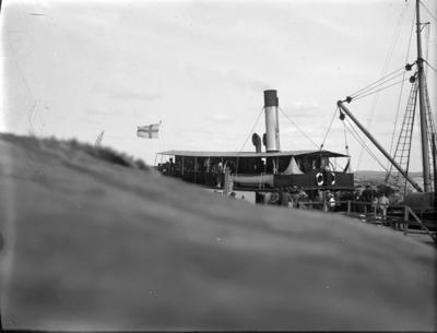 Munkedals aktiebolags ångaren MUNKEDAL troligen på utfart från Munkedals hamn. Fartyget sattes i trafik i samband med öppnandet av Munkedals järnväg och Munkedals hamn 1895. Det trafikerade linjen Munkedal - Göteborg enligt turlista medförande gods och passagerare. Driften upphörde i slutet av 1930-talet och fartyget såldes till Stockholm under namnet BREMÖ.