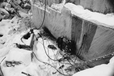 Bohusläns samhälls och näringsliv. 2. STENINDUSTRIN. Film: 30  Text som medföljde bilden: Försök att tända jetbränningsaggregatet. Februari 1977.