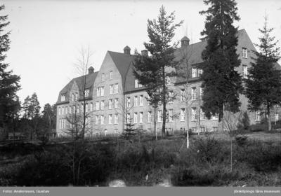 Lungkliniken i Eksjö, en stor tegelbyggnad med tegeltak.