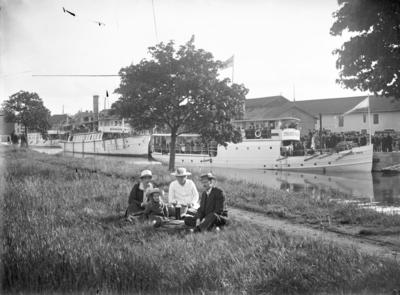 Enköping, Pic-nic på åbrinken vid hamnen. Från vänster: ångbåten Gunhild, Enköping I, Strängnäs Trafik.
