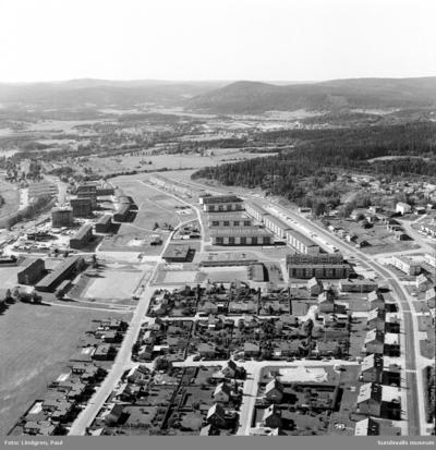 Flygfotografi över Granlo, med Selångersån i förgrunden, 1970. Mellan Västra vägen och Selångersån uppförde Riksbyggen i slutet av 1950-talet terrasserade lamellhus i tre våningar. Norr om Västra vägen uppfördes i slutet av 1960- och början av 1970-talet lamellhus och punkthus (Röde Orm)