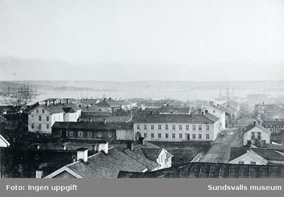 Bilden tagen från Stadshusets tak med vy mot Sundsvallsfjärden. Text på baksidan av kort