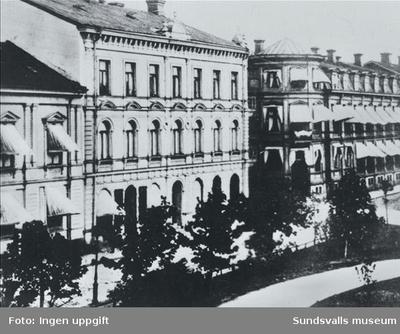 Staden före branden 1888. Bilden visar bebyggelse efter Storgatan. Från vänster del av kvarteret Olympen (Wessènska huset) och till höger del av kvarteret Jupiter (Hotell Nord).