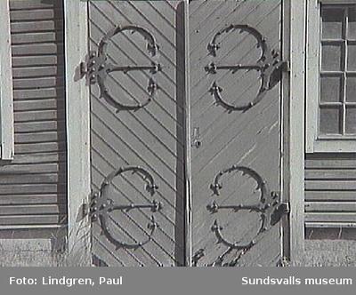 Gränsgatan 9 (f.d. Gränsgatan 5).1927 köpte Karl Gustaf Lindvall stalldörrarna med smide från konsul Gregor Wikströms fastighet vid Esplanaden.