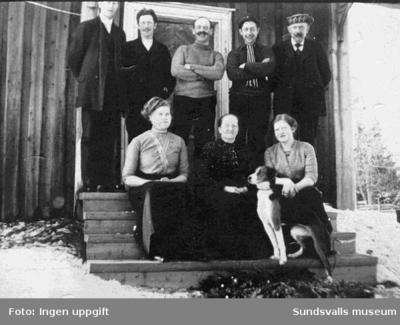 Farfar (Lundgren) t h och farmor med dottern Alida på besök i farmors hemtrakter på Gotland. T v farmors andra dotter, bosatt på Gotland.