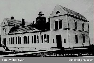 Skönsbergs Folkets hus, invigt 1912. 1906 bildades Skönsbergs-Ortvikens Folkets Hus-förening u p a i syfte att skaffa en lokal för i första hand arbetarrörelsens föreningar. 1909 uppfördes en kafébyggnad på den Sundbergska tomten i Skönsbergs centrum. Inkomsterna från kaférörelsen möjliggjorde uppförandet av Folkets hus-byggnaden. Byggnaden revs 1986.