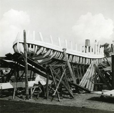 Kravellbyggd fiskebåt under byggnad för Grönlands Handels räkning. Observera att skrovet är överstruket med kalk till skydd mot röta och uttorkning under byggandet. Danmark, Fyen, Fåborg.