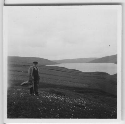 'Från ''Skageraks''-expeditionen till Hebriderna och Shetland: ::  :: Vy över Ronies Voe med Leonrad Axel Jägerskiöld ståendes i förgrunden (förminskad version av foto nr 4113:70) ::  :: Ingår i serie med fotonr. 4113:1-82.'
